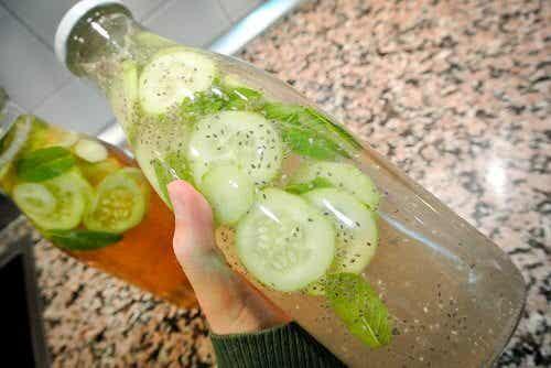 Limonade med agurk, ingefær og mynte