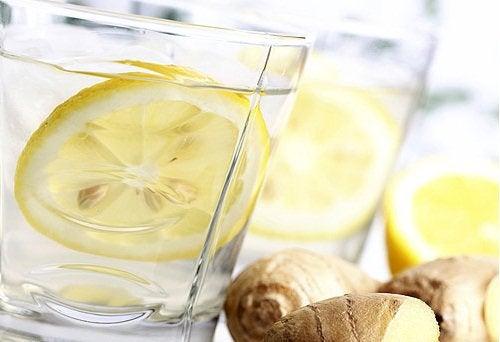 Glas med vand og citron