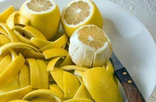 Sådan kan du behandle ledsmerter med citronskal