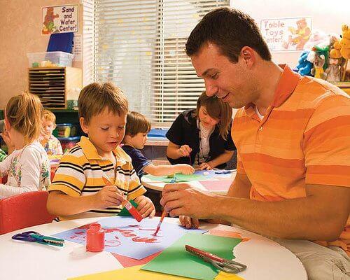 Mand der maler med sin soen i skolen