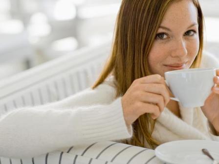 Kvinde der drikker rosinte