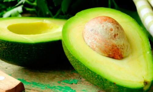 Grøn moden avocado