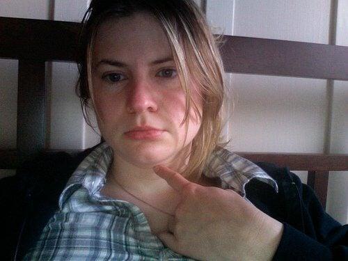 Kvinde med halsbetaendelse