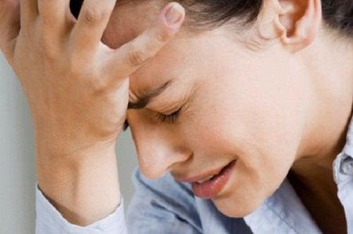 Kvinde med kraftig hovedpine