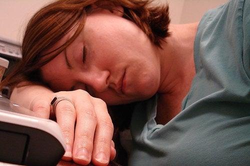 Kvinde sover på sin arm.