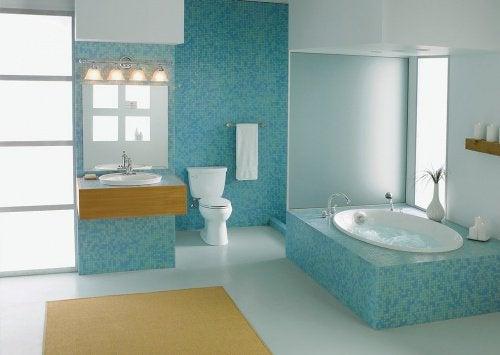 Smukt og skinnende badeværelse