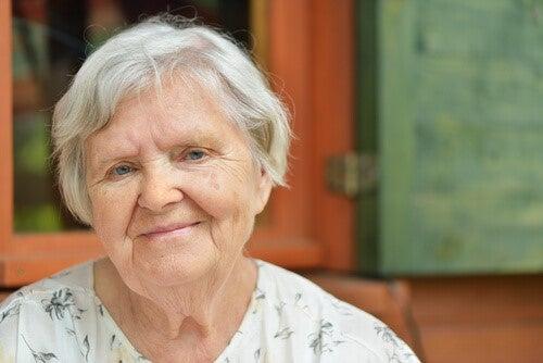 Aeldre kvinde med graat haar