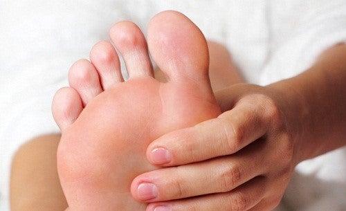 Person der giver sin fod massage