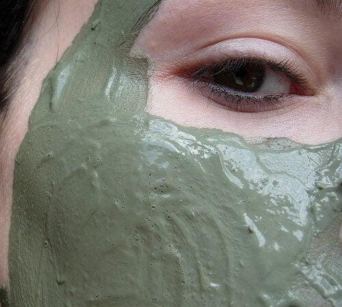 Kvinde med mudder maske