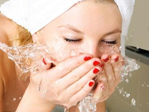 Kvinde der vasker ansigtet