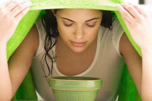 Kvinde der tager dampbad