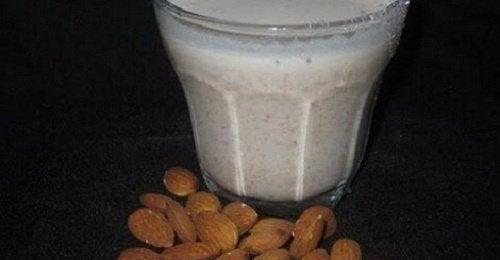 Nyd de mange fordele ved mandelmælk + opskrifter