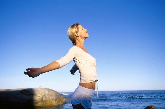 Kvinde der er ved vandet og traekker vejret dybt