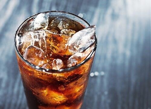 Det er ikke let at fjerne ledsmerter. Et sted at starte er ikke at indtage kemikalier, f.eks. fra cola
