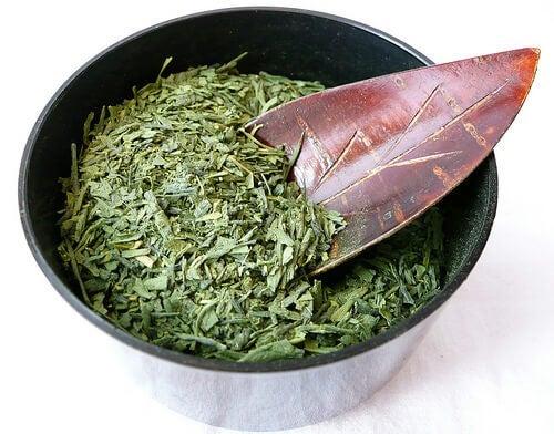 Skaal med groen te blade
