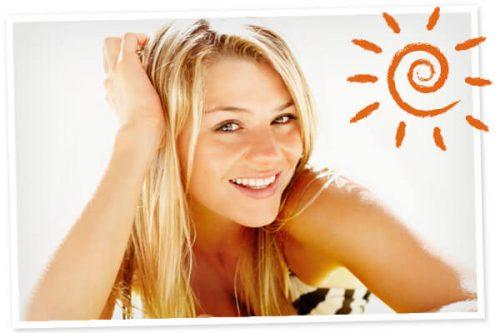 Blond kvinde der smiler