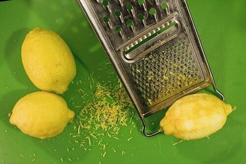 Citronskal kan bruges til at lave ansigtsmasker imod akne