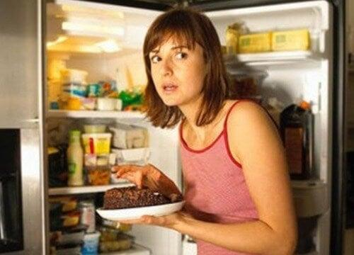 Kvinde der er en tur i koeleskabet