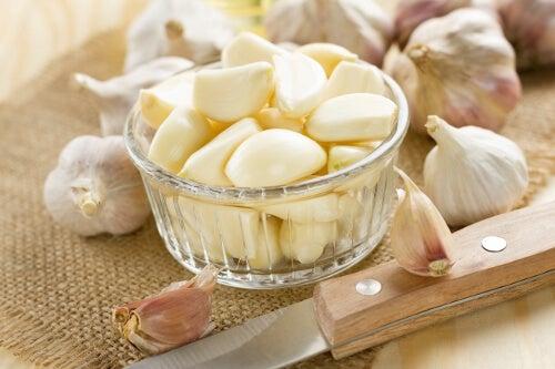 Hvidløg er ikke bare en lækker spise, men kan også bruges til at fjerne vorter med.