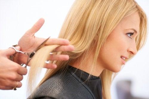 Blond kvinde der faar klippet haar