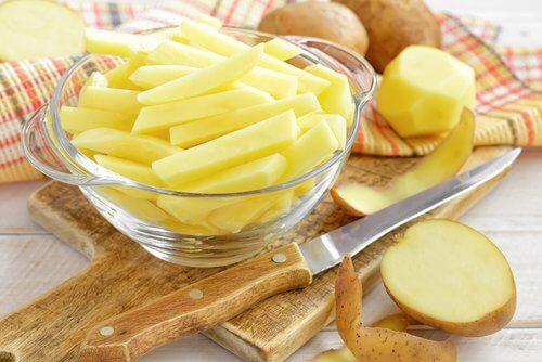 Kartofler skaaret i skiver og lag i en skaal