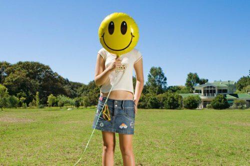 Kvinde med en smileyballon