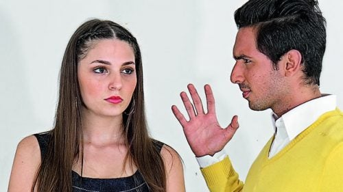 Mand der kigger paa en kvinde