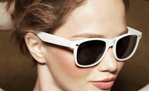 Kvinde med solbriler