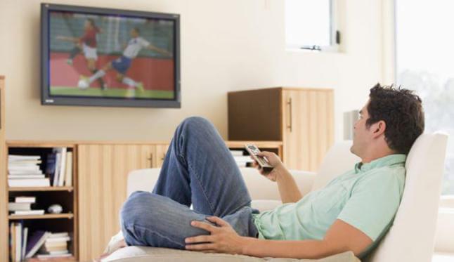 Farerne ved at spise foran fjernsynet