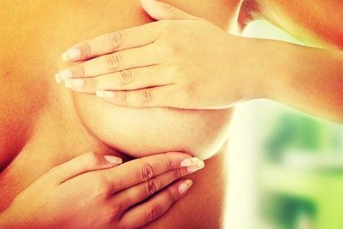 Kvinde der undersoeger sit bryst for kraeft
