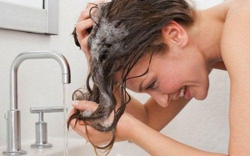 Kvinde der vasker haar - at have brintoverilte