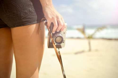 Kvinde der holder kamera