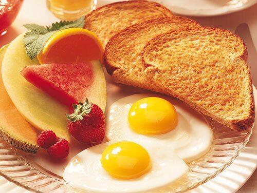 Morgenmad med toast og spejlaeg