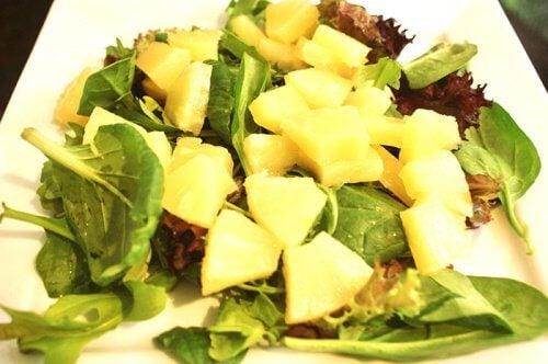 ananas og spinat salat
