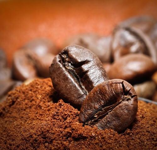 Kafeboenner og kaffepulver