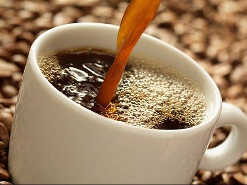 Kop kaffe der bliver skaenket
