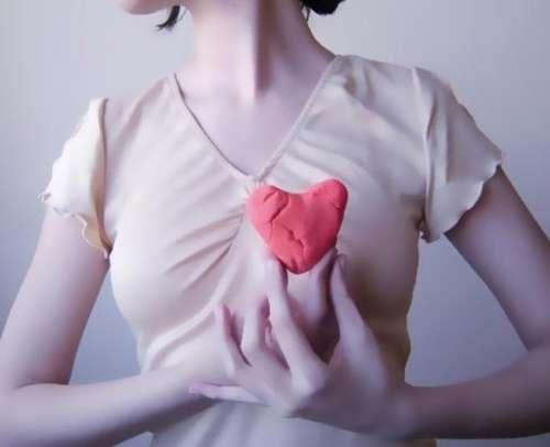 Kvinde der holder en hjertefigur
