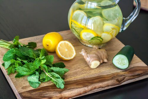 Detoxende og rensende kur med citron, ingefær og agurk