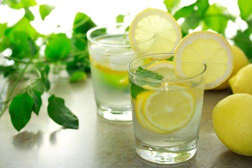 Citronvand på tom mave kan reducere mavedellerne.