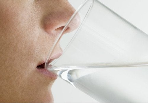 Person der drikker vand