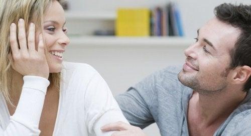 Par der kigger paa hinanden
