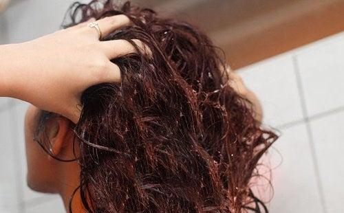 Hørfrøvand til at styrke dit hårs sundhed og glans