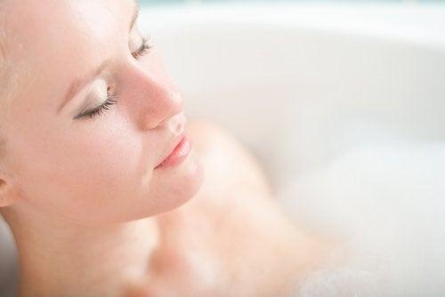 Kvinde der tager karbad