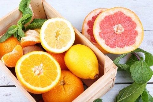 Citrusfrugter indeholder masser af vitaminer og mineraler