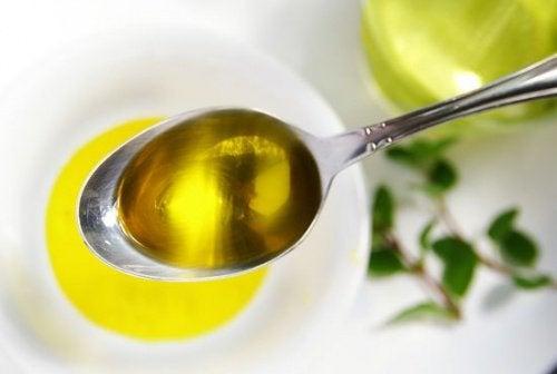 Olivenolie er godt til behandling af mørke albuer og knæ
