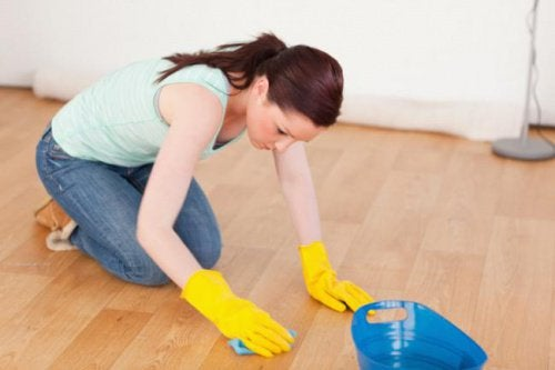 Kvinde der renser gulvet