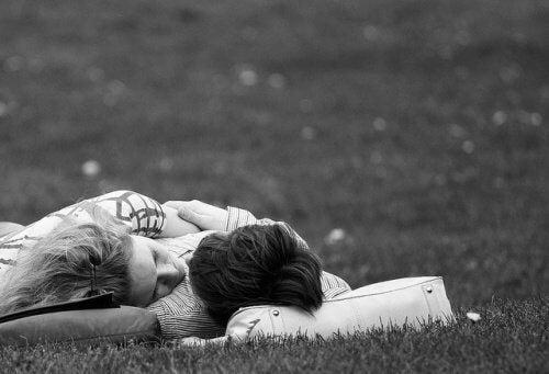 To personer der ligger og stirrer paa hinanden