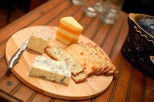 Forskellige ost og knaekbroed