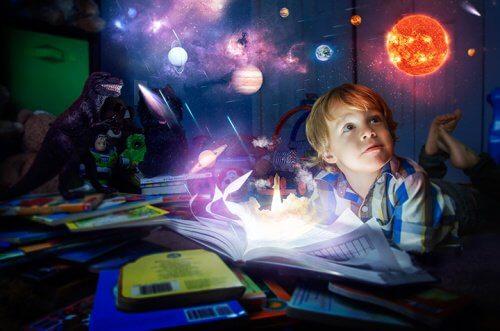 Dreng der ligger med en bog om aftenen
