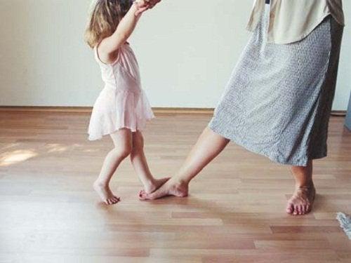 Lille pige der danser med mor - vigtigste vaerdier